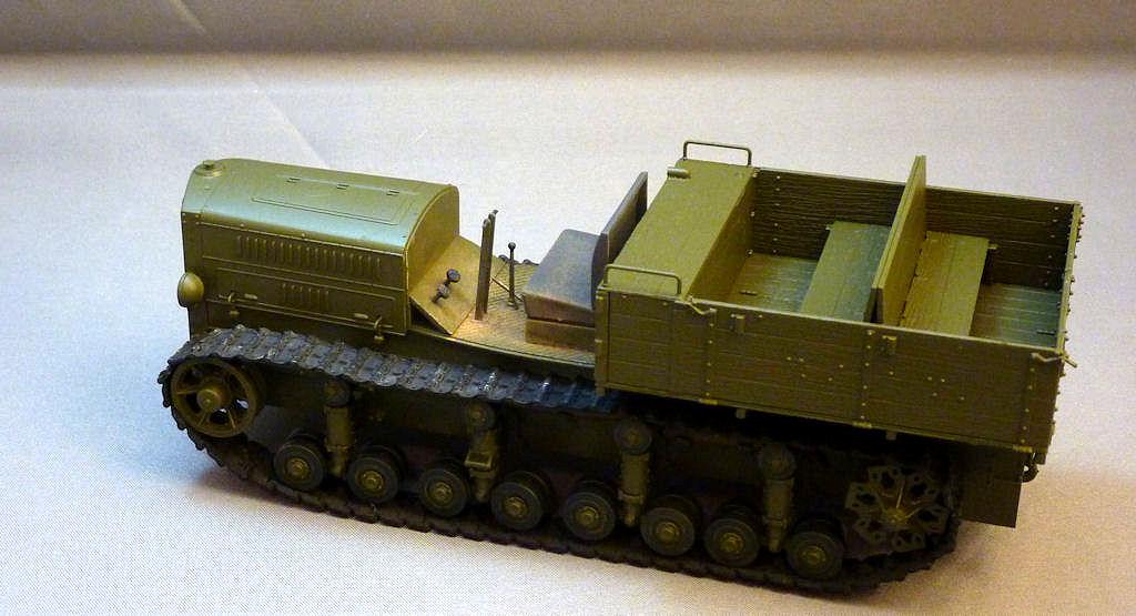 Trumpeter Model kit 1//35 Soviet Heavy Komintern Artillery Tractor